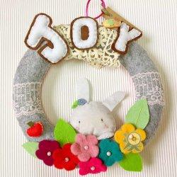 優惠價MOP300  躱躱兔Joy不織布掛環   獨一無二的手作,躱躱兔邀請你在花叢中玩耍,在大自然中找到喜樂,可用作生日、祝福等禮物