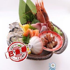 (售馨)義賣:MOP699旗艦綜合日本料理2人餐:小食前菜、 胡麻醬黑豚沙律、刺身拼盤、龍蝦沙律他他米餅、 加拿大牛肉薄燒卷、雜錦天婦羅、鮑魚銀鱈魚泡飯、 海鮮麺豉湯、甜品(免加一)